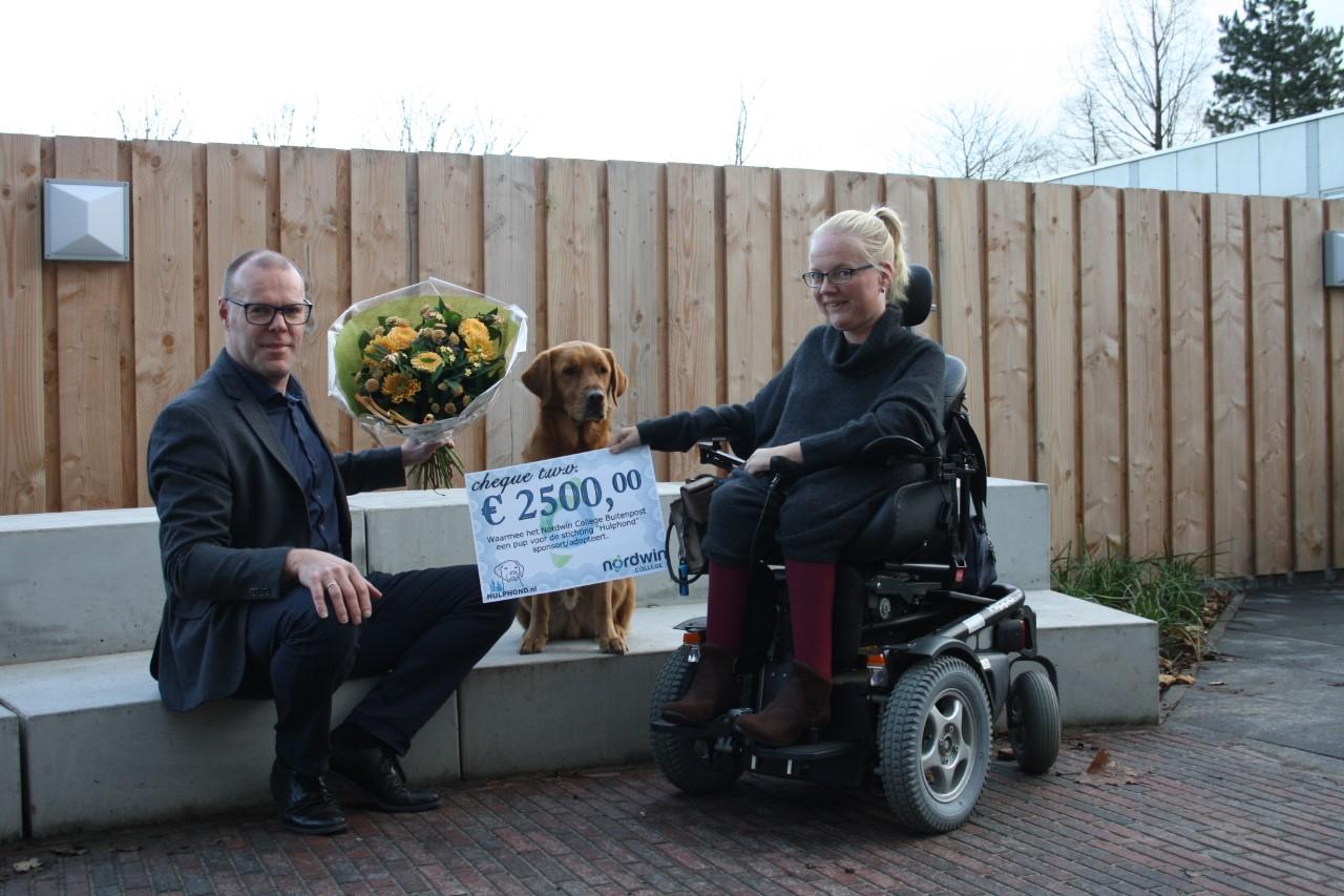 Stichting Hulphond ontvangt cheque van Nordwin College